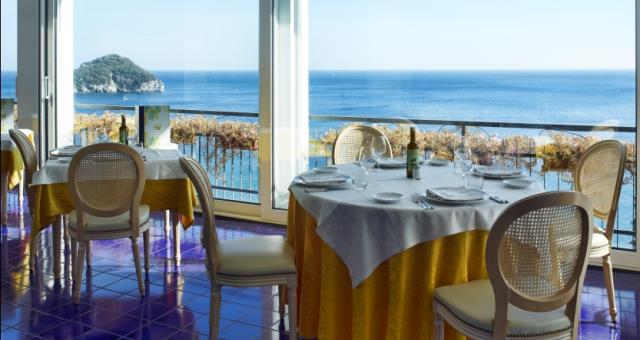 Restaurant with views on the Spotorno sea . Come and enjoy Ligurian specialities.