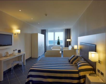 Quadruple room with frontal sea view. Enjoy the splendid view of the Gulf of Spotorno